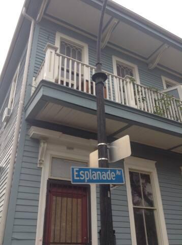 Historic Esplanade Balcony Apt - New Orleans - Apartment