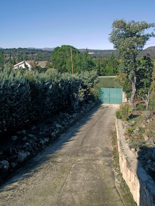 Entrada particular a casa en urbanización en paraje natural