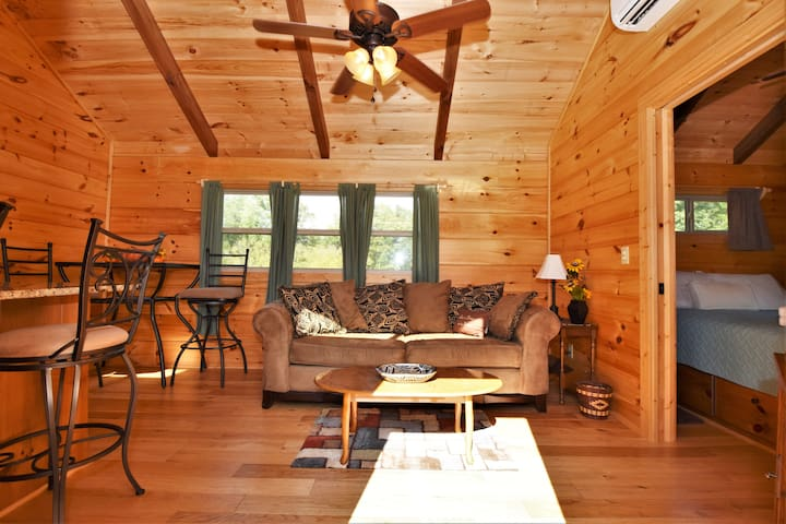 Lovely Little Log Cabin! Cute & Comfy Country Side