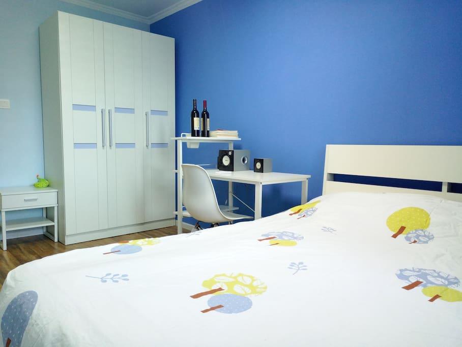 温馨的卧室,干净整洁的床品