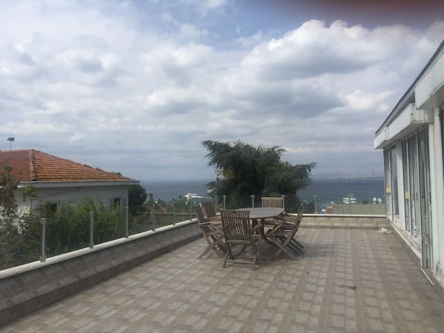 Flat in Buyukada with marvelous terrace & sea view - Adalar - Apartmen