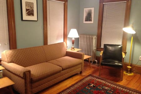 cozy room in town - Easthampton - Huis