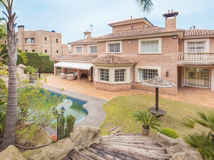 Exclusive beachfront villa near Tarragona for rent