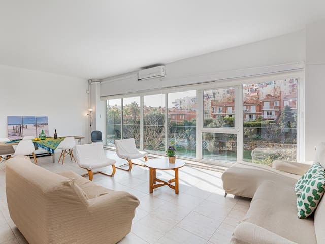 Panoramic Loft in a perfect location next to the sea, train station and BCN