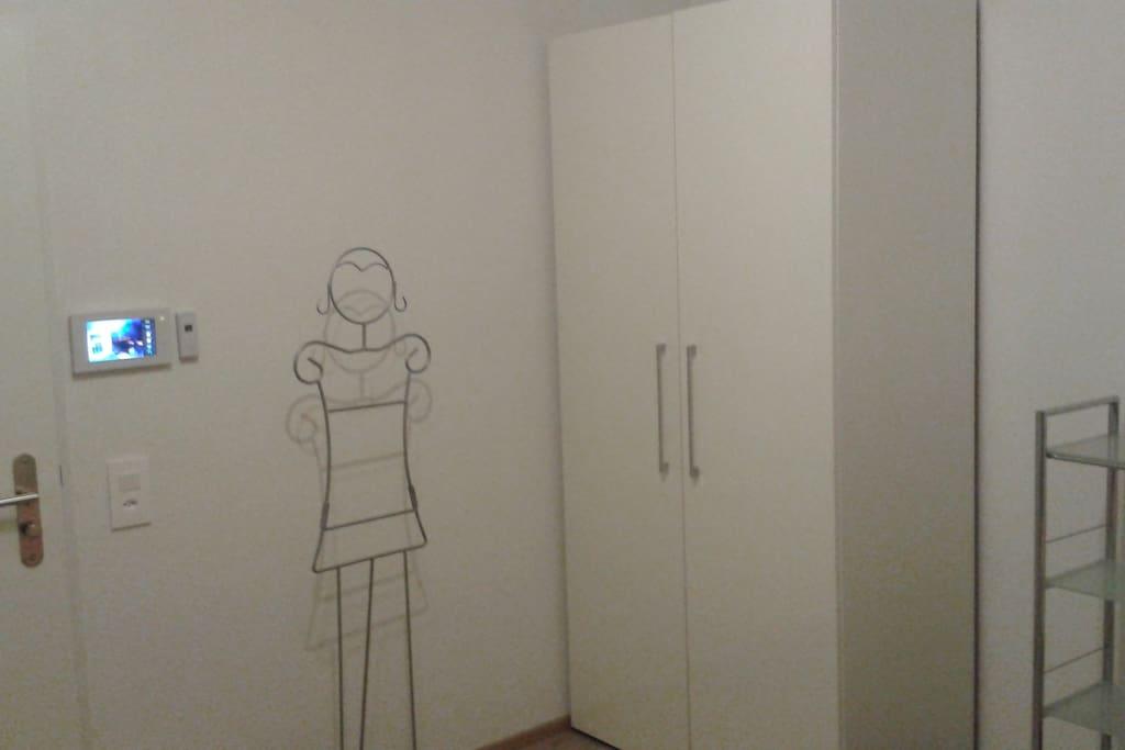 Eingangstüre mit Gegensprechanlage und Garderobe
