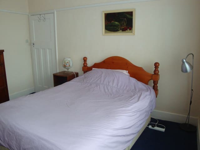 Large Double room. Detached house. Cowes. IOW.
