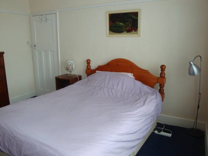 Large Double room. Detached house. Cowes. I O W.