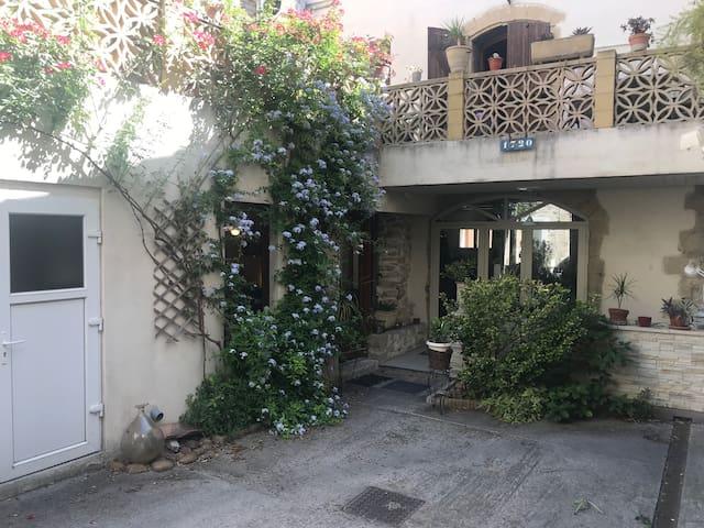 Très joli studio rénové avec terrasse fleurie