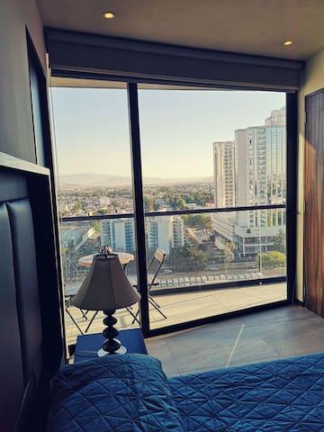 Habitación principal con vista al hotel Hard Rock. Aire acondicionado  Y baño completo privado.