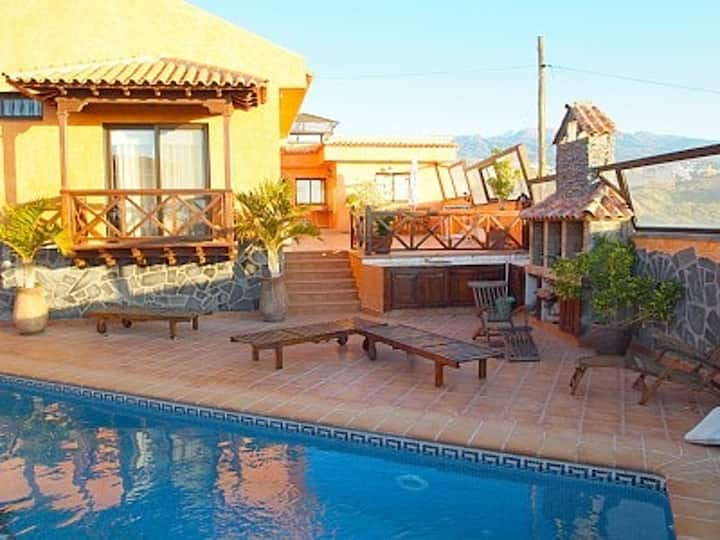 House with 5 bedrooms in Granadilla, with wonderful mountain view, private pool, enclosed garden