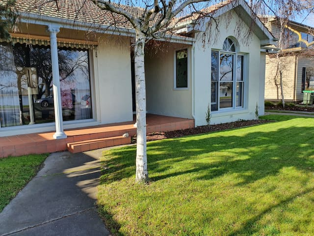 Location! Location! Overlooking Lake Wendouree