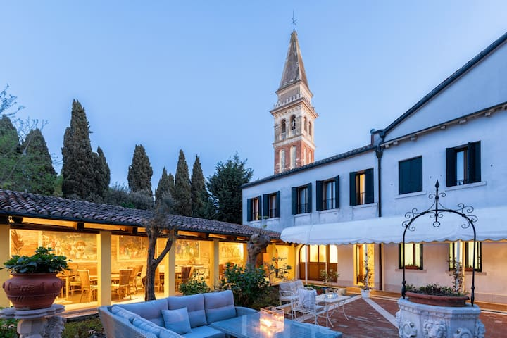 Sleep in an ancient Venetian Luxury home