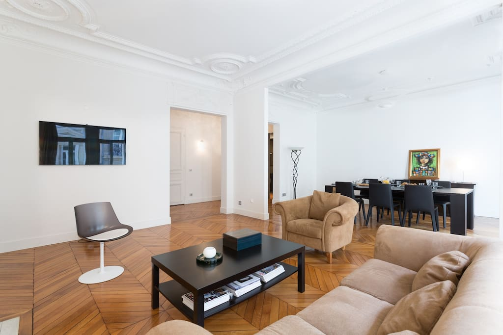 The double living room is perfect to take a short drink or dine