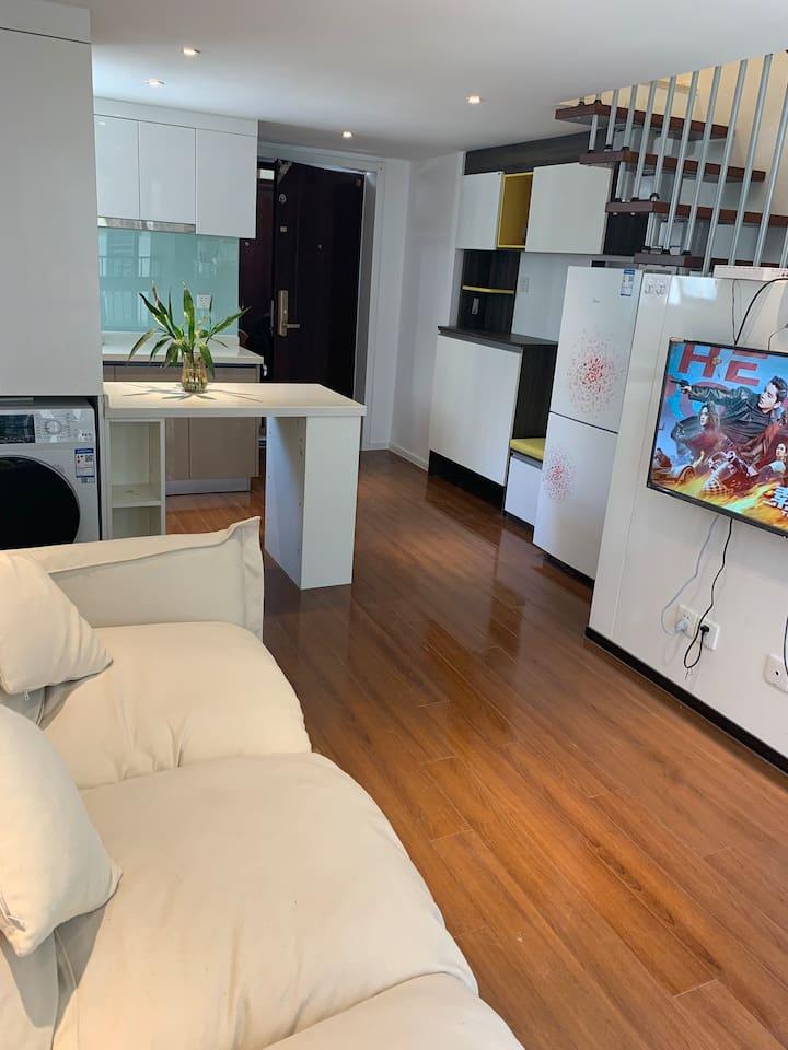一层有厨房,客厅,洗衣机,电冰箱,沙发,电视机等!