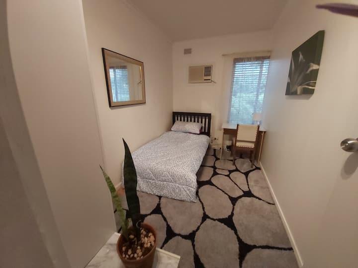 Cosy private room in Burnside 5066