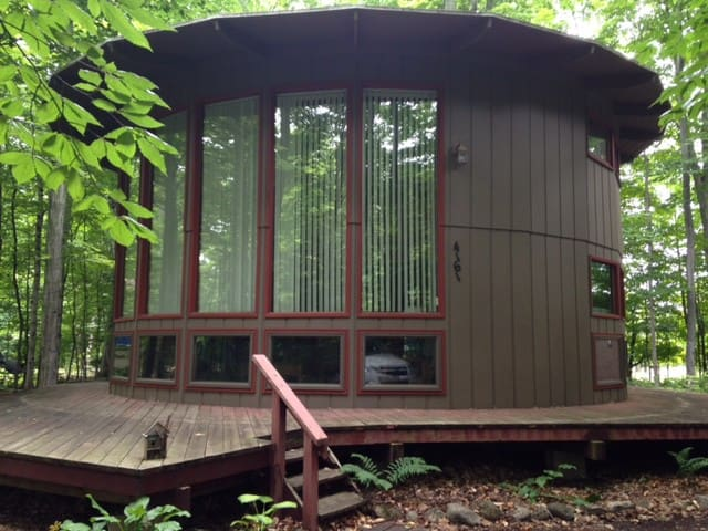 Unique Round Loft Cabin For Weekly Summer Rental - Cedar - Srub