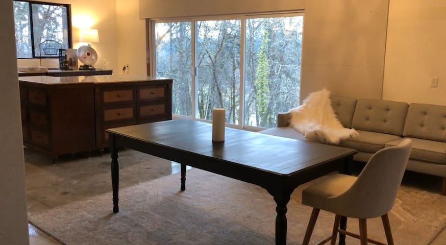 Country Living In The City With Horses Loft Apt G