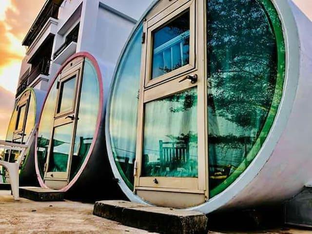 離海水50米的獨立水管屋,紅~Indepedant Tube House Next to Ocean