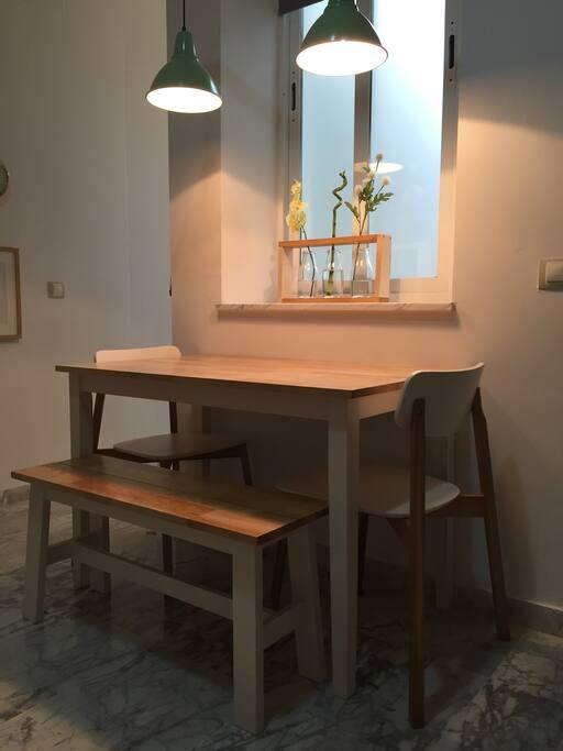 Mesa del comedor (hay dos sillas adicionales)
