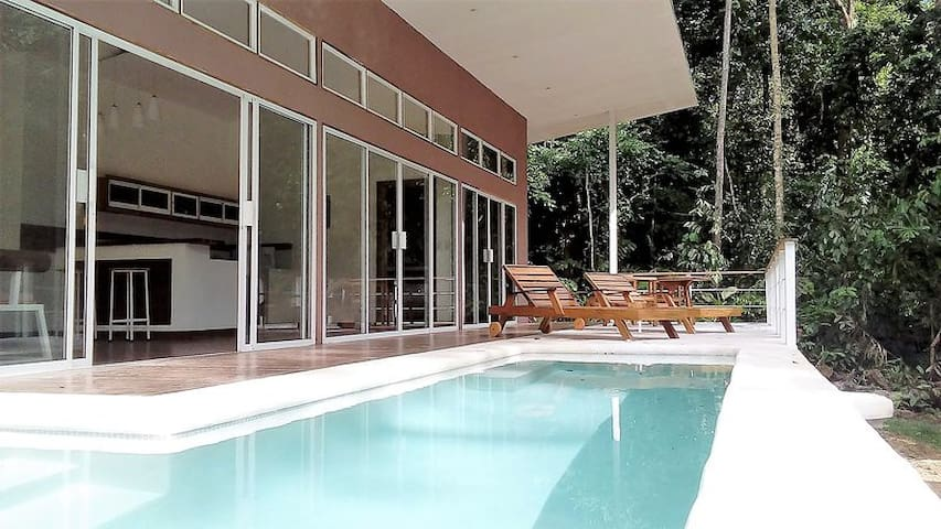 Paraiso pool house