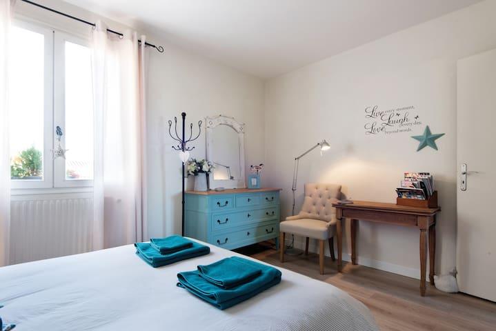 Chambre agréable avec salle de bain