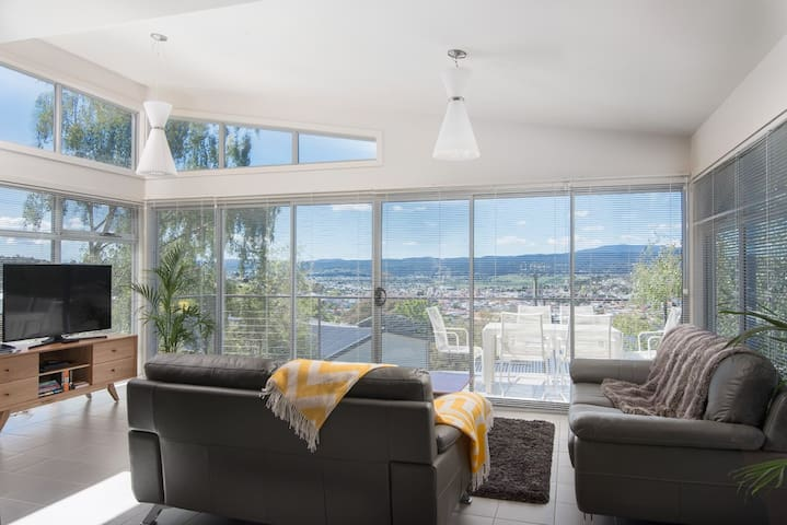 Modern Townhouse 3BR great views - West Launceston - ทาวน์เฮาส์