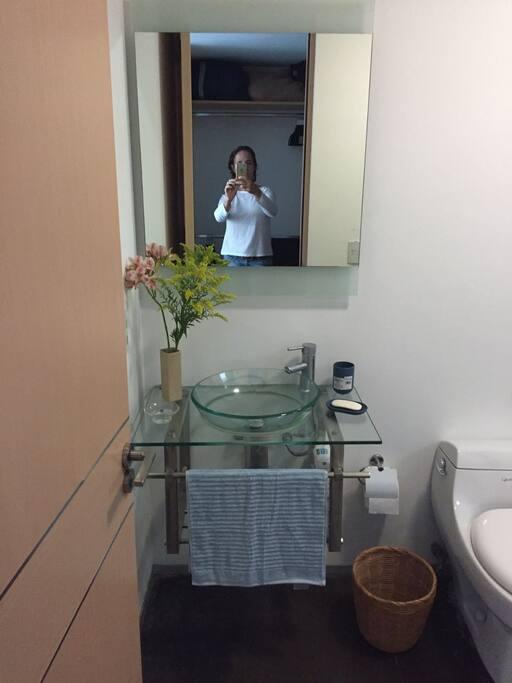 The apartment has 2 full Badrooms   El apartamento cuenta con dos baños completos .