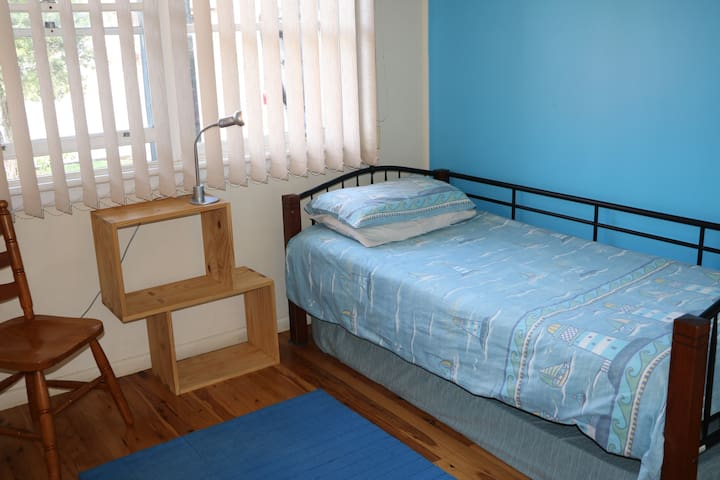 Single room in family home - Penrith - Huis