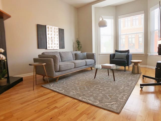 Chic, spacious condo in trendy Lincoln Park!