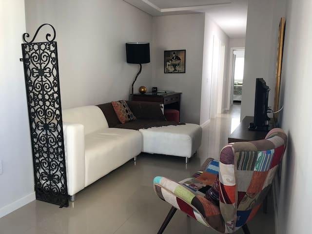 Apartamento inteiro, 2 suítes, 2 quadras da praia
