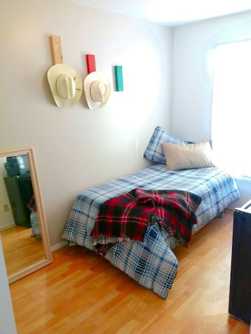 Private room  BUDGET!close to down town&airport!