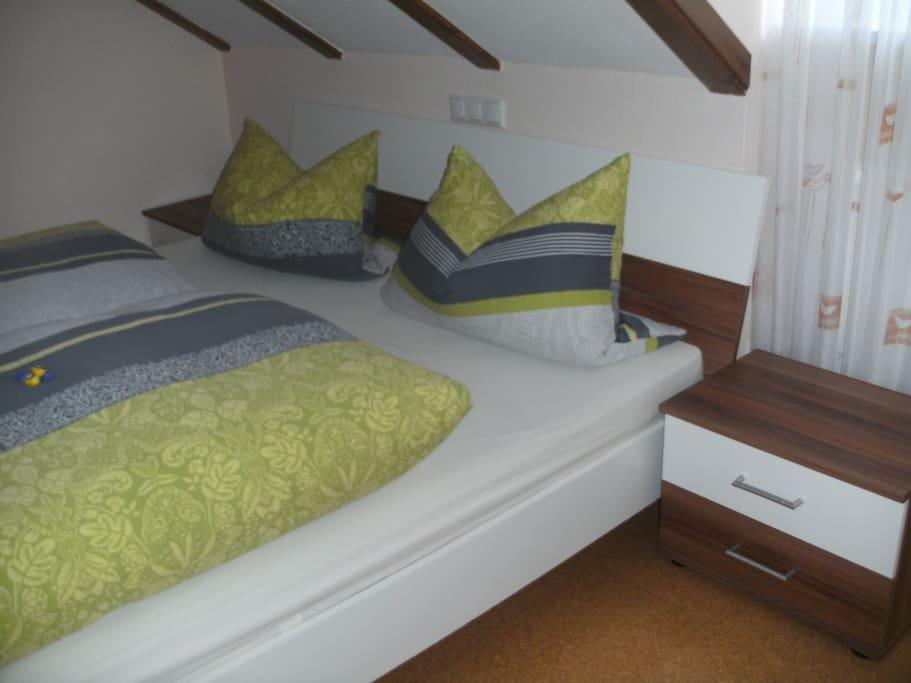 1. Schlafzimmer mit Bett 180 x 200 m