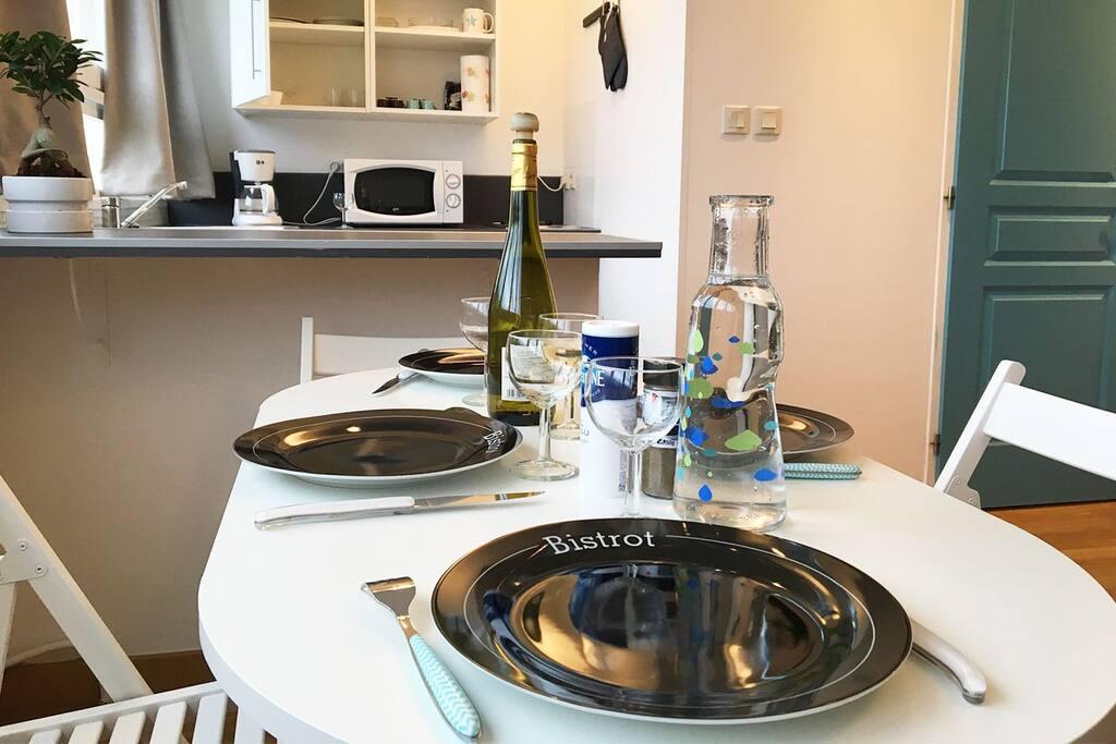 En 2 mouvements, vous dépliez la table et vous pouvez vous installer à 4 pour un bon repas.