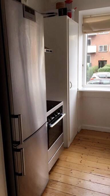 Køkkenet er ældre men indeholder det nødvendige: køleskab med fryser, ovn, mikroovn mv.