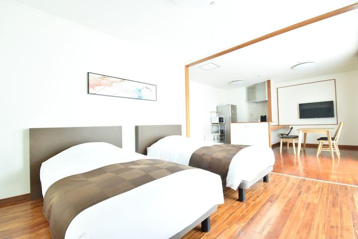 【寝室A】シングルベッド2台+エアーベッド※5名時でご宿泊の場合/クローゼット有/窓1/ベランダ窓1/エアコン1台