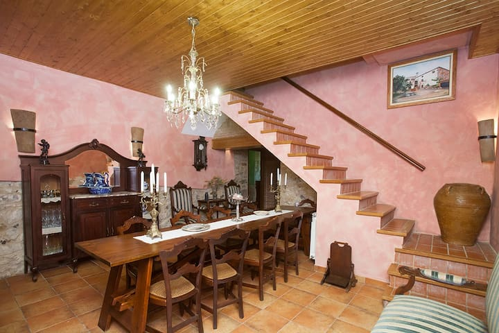 House w/ 4 double bedrooms in the historic centre - Torroella de Montgrí - Huis