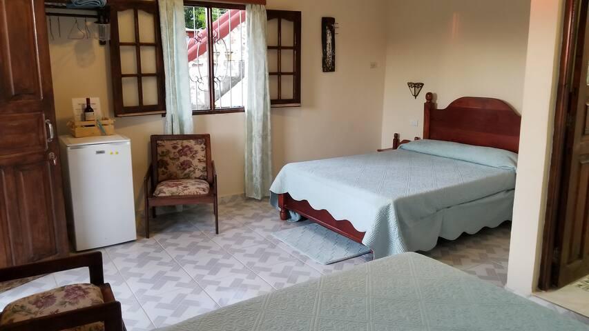 Habitación en 2do nivel con 2 camas dobles   ,y  terraza