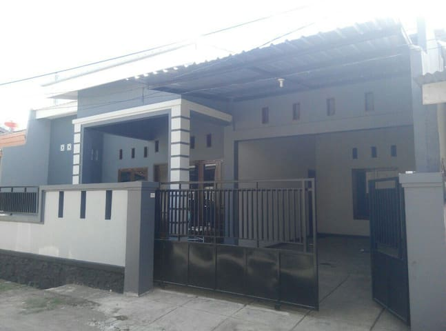 Spacious Cozy House 3BR + Garage - Makassar - Casa