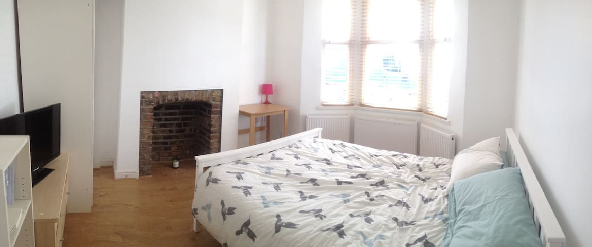 Large room with king size bed - Londres - Casa