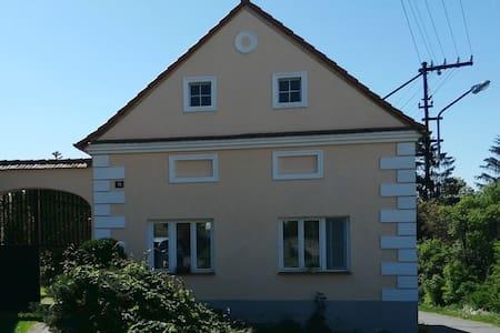 Černětice, venkovská chalupa s uzavřeným dvorem