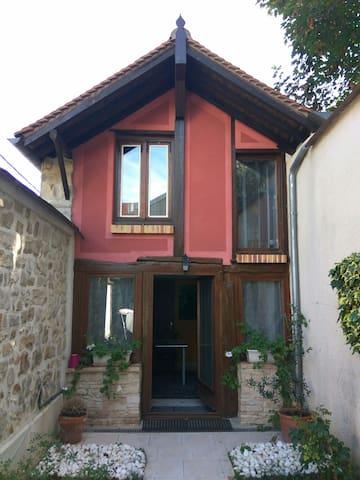Petite maison calme proche INSEAD et centre ville.