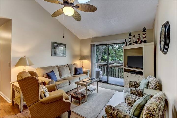 2886 Forest Ridge: Nicely appointed condo in quiet setting. Dog friendly, community pool, tennis courts.