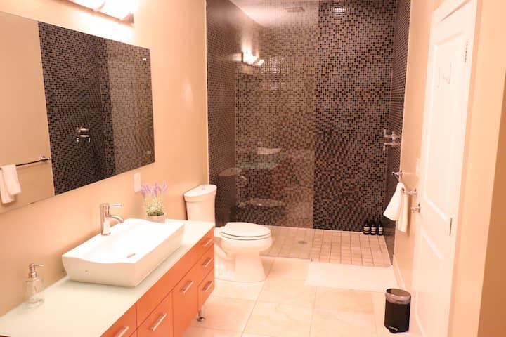 *Modern* Downtown Hideaway w/ 2 Upscale Baths!