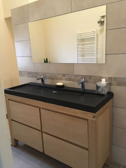 Double vasque avec possibilité de rangement, linge de bain sur demande