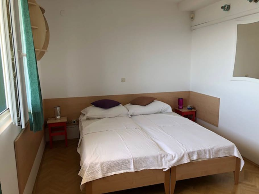 Room 2 (movable single beds)
