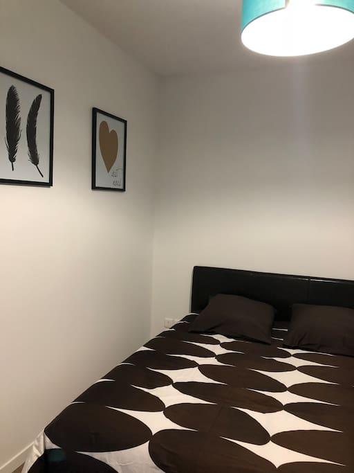 Chambre avec lit en 140x190 et dressing