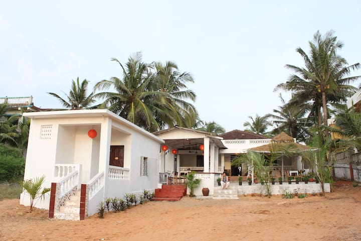 Sea Facing Beach House 3 BR @ Calangute - North Goa - Hus