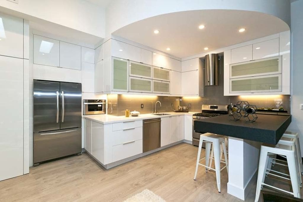 Modern kitchen and appliances. Feel free to cook in the kitchen. We keep the pantry and fridge stocked with breakfast items (e.g., cereal, oatmeal, eggs) and snacks, coffee/tea (drip coffee and Nespresso), milk, non-alcoholic beverages and beer/wine (21+ years old please). Help yourself!