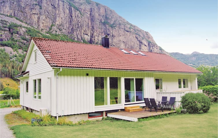 Holiday cottage with 3 bedrooms on 106m² in Dirdal