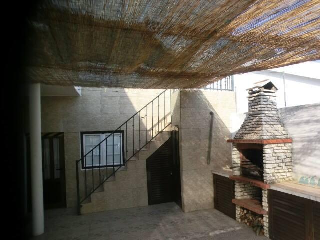Churrasqueira e escadas para o terraço